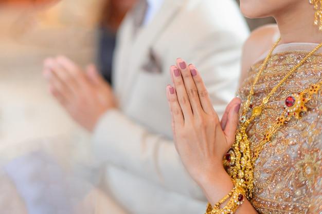 新郎新婦の結婚式の婚約からのタイの伝統的な挨拶