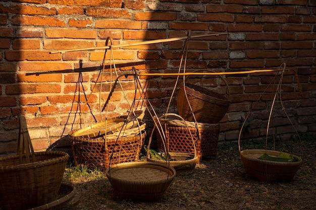 タイの伝統的な手工芸品の竹かご