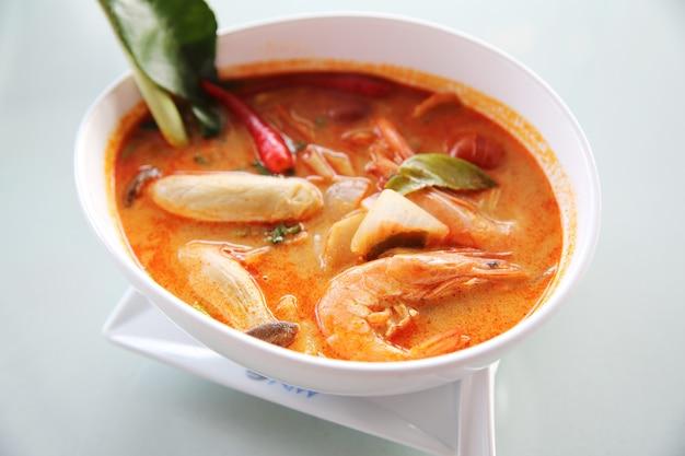 Тайский традиционный острый суп с креветками, том ям кунг