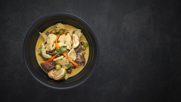 Традиционное тайское сладкое и пряное зеленое карри с курицей и овощами