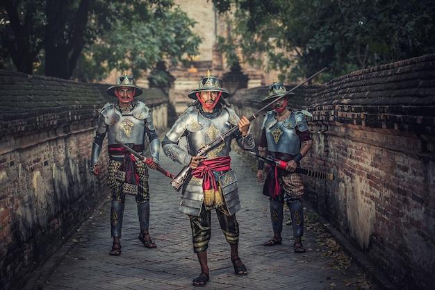 Тайский воин в традиционном в аюттхая историческом парке в аюттхая, таиланд