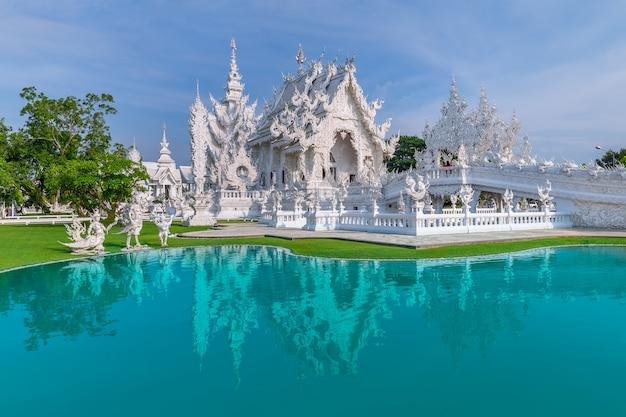 Тайский белый храм, ват ронг кхун, провинция чианграй, северный таиланд Premium Фотографии