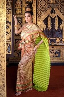 伝統的な服を着たタイの女性