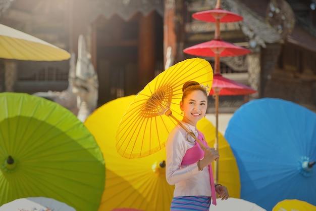 전통 의상에서 태국 여자입니다. 전통적인 태국 문화, 빈티지 스타일, 태국을 입고 아시아 아름 다운 여자