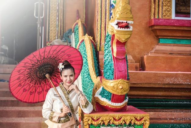 タイの伝統的な衣装でタイの女性