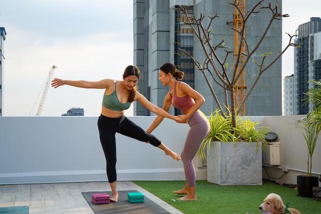 태국 여자 연습 요가 클래스 훈련. 간단한 건강한 에어로빅 포즈 요가 배우기위한 아시아 여성 운동복