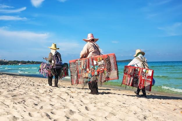 タイのサムイ島のビーチでビーチウェアを販売しているタイの女性。