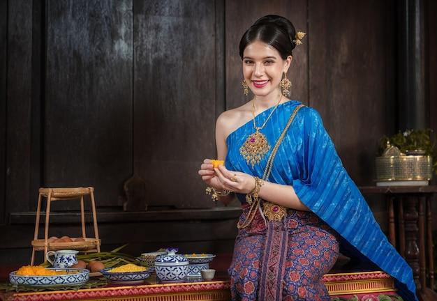 アユタヤ王朝時代の古代の伝統的な衣装を着たタイの女性