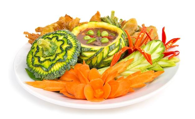 新鮮で揚げたようなタイ風の料理、タイの健康的な食事やダイエット食品のサイドビューの分離とスパイシーなタイ料理のエビのペーストチリ