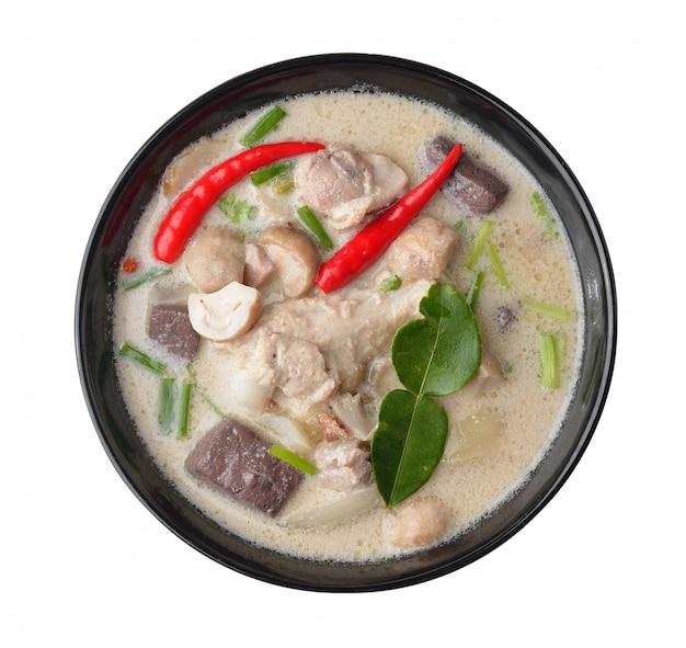 코코넛 밀크에 태국 음식 매운 치킨 카레