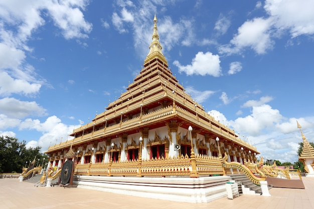 Ступа буддийского виска таиланда золотая в khonkaen ориентир ориентира.