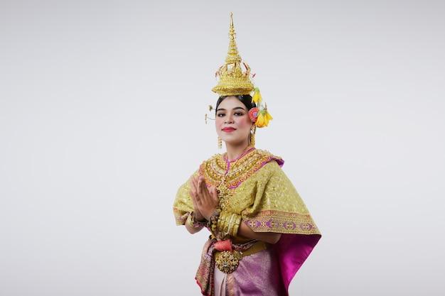 Таиланд танцы в маске khon benjakai на сером. тайское искусство с уникальным костюмом и танцами.
