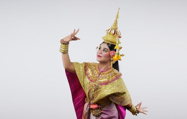 灰色のマスクされたコンベンジャカイで踊るタイ。ユニークな衣装とダンスのタイアート。
