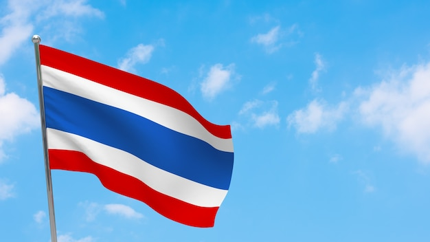 Флаг таиланда на полюсе. голубое небо. государственный флаг таиланда
