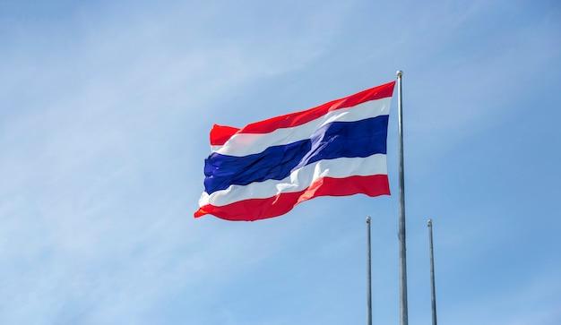 Флаг таиланда в ветреный день неба для концепции национального знака азии