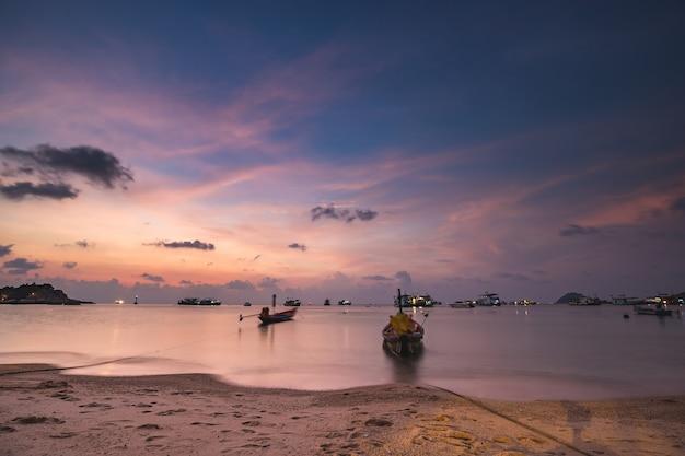 Пирс в таиланде: корабли, лодки, яхты на песчаном берегу морского залива азиатского транспорта. удивительные тайские пейзажи водного транспорта морского пейзажа в гавани залива океана. кинематографический снимок с теплым узором
