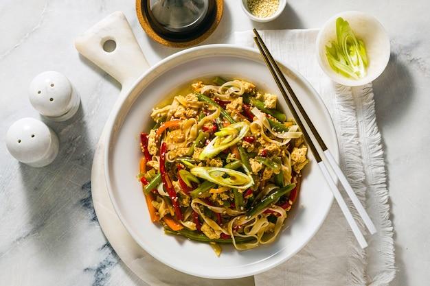タイの屋台の食べ物-レストランやカフェで、テーブルの上の皿に豆腐とパッドタイ