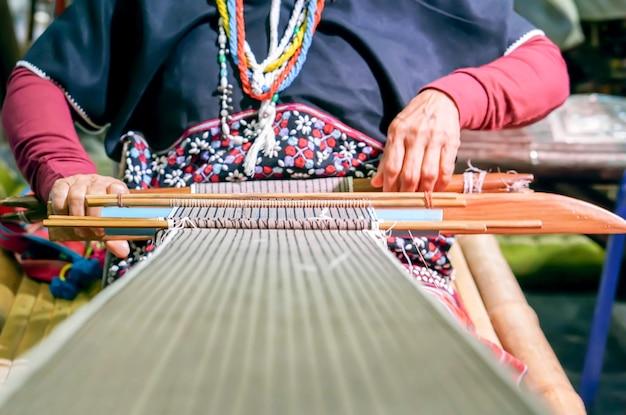 タイナーヒル族の老婦人が織りをしている。