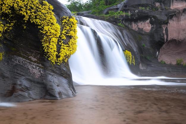 タムプラ滝、タイ、ブンカーン県の熱帯雨林の美しい滝