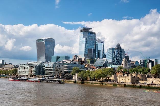 晴れた日にテムズ川とロンドンシティ金融街の高層ビル。