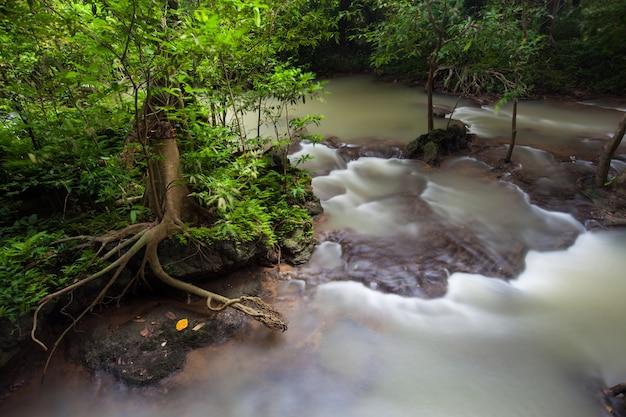 Красивый водопад в сезон дождей на национальном парке than bok khhorani в таиланде. чем водопад бок-хорани.