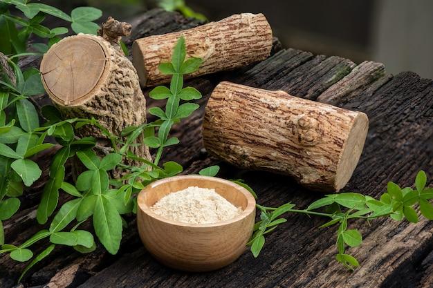 タナカ、木材、緑の葉と粉末。
