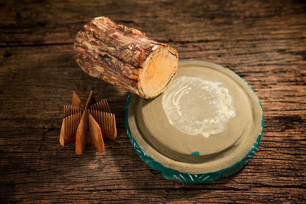 タナカ材とチャウピンのスラブ。田中は、田中の木の樹皮から作られたビルマの伝統化粧品です。 Premium写真