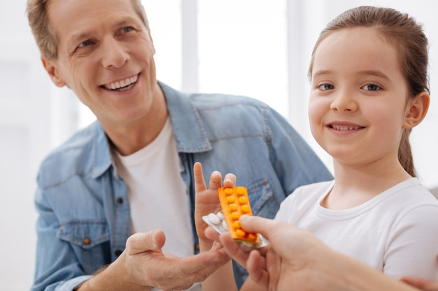 감사합니다, 박사님. 의사의 특별한 치료를 받고 매년 방문하고 기뻐하는 매력적인 유쾌한 잘 생긴 아빠