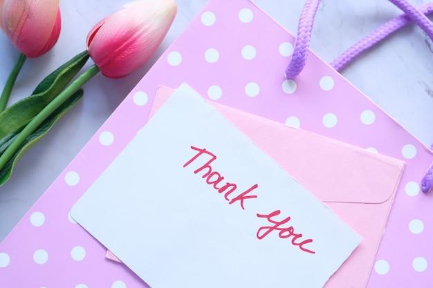 ピンクの背景にチューリップの花の付箋にメッセージをありがとうございます。