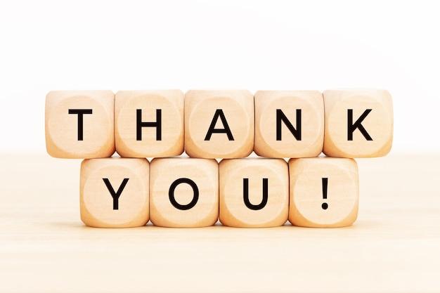 Спасибо текст на деревянных блоках. благодарная концепция.