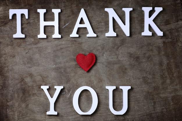 테이블과 손에 흰색 나무 글자에서 단어를 감사합니다
