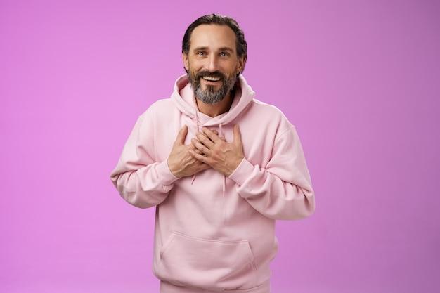 감사하고 매력적인 운이 좋은 성인 수염 난 남자의 회색 머리 프레스 손바닥 심장이 감동적인 따뜻한 마음을 받고 ...