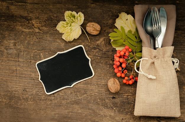 Осеннее урегулирование места благодарения со столовыми приборами