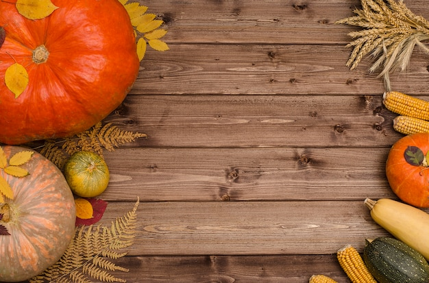 木製の背景にコピースペースを持つ野菜の感謝祭秋の静物。収穫祭。