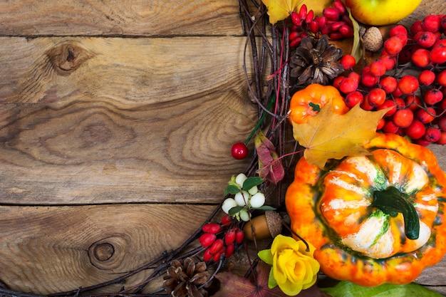 装飾的なカボチャと黄色のバラの花輪、コピー領域の感謝祭の背景