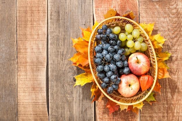 果物とカエデの葉と感謝祭の背景