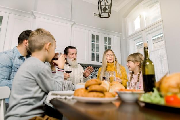 추수 감사절 축 하 전통 개념입니다. 집에서 함께 맛있는 추수 감사절 저녁 식사를하는 큰 가족