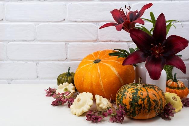 バーガンディの赤いユリの感謝祭のセンターピース