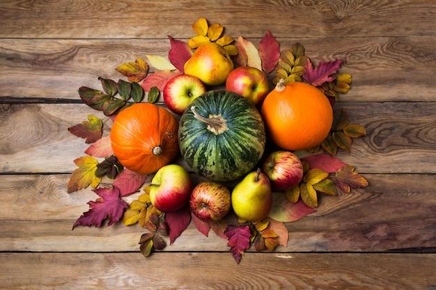 オレンジと緑のカボチャの感謝祭のセンターピース
