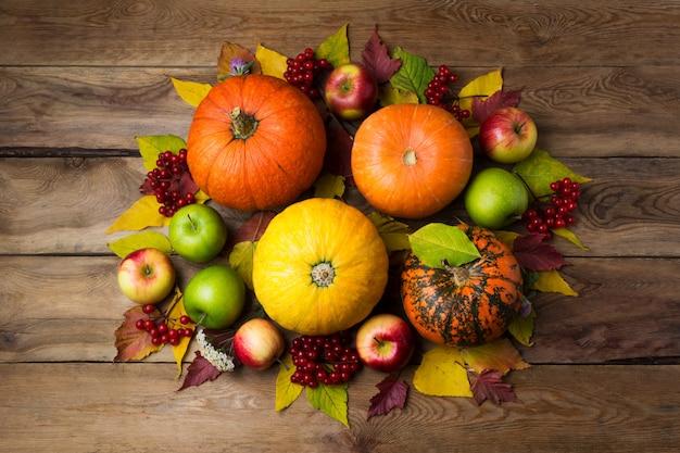オレンジと黄色のカボチャと感謝祭のセンターピース