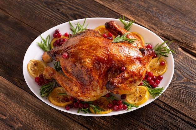 Цыпленок благодарения на гала-ужине деревянного стола. рождественский цыпленок