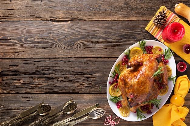 Курица благодарения на деревянном столе