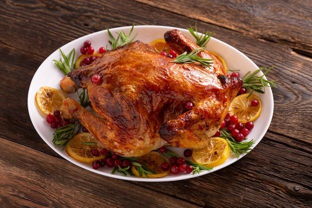 木製のテーブルの上の感謝祭の鶏