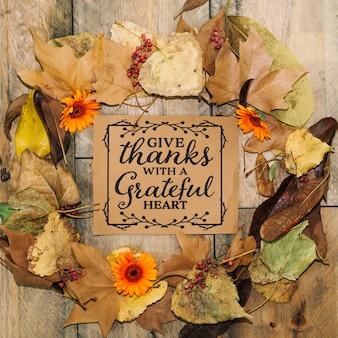 Концепция благодарения с картой и листьями