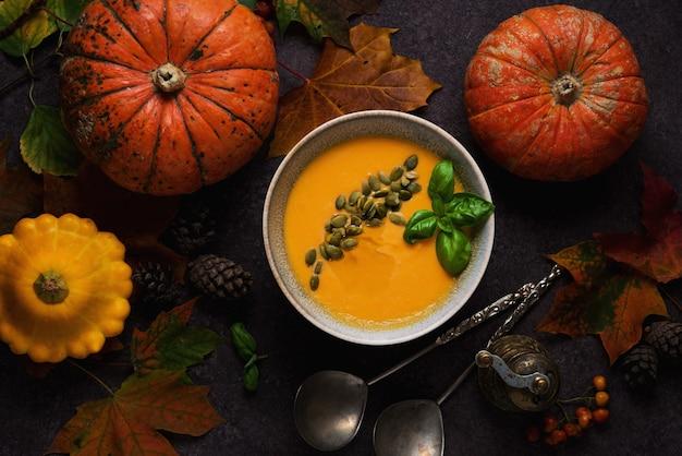 Концепция благодарения с тыквой, тыквенным супом и опавшими листьями, вид сверху