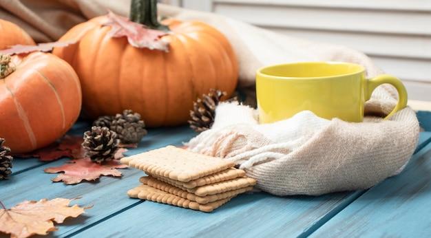 Осенний натюрморт на день благодарения с тыквами на старых деревянных