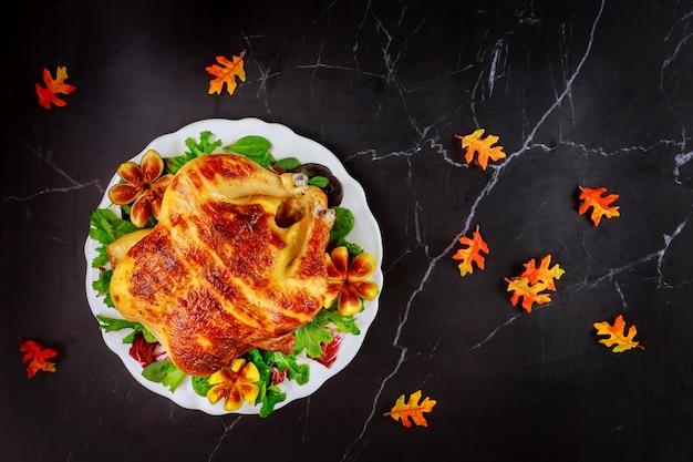 Ужин в день благодарения с жареной индейкой и украшением. вид сверху.