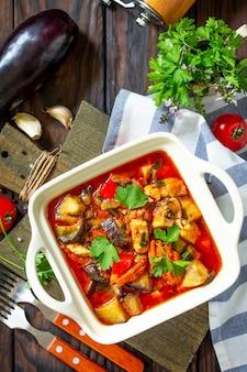 感謝祭の日の食べ物のコンセプト野菜と自家製の七面鳥の煮込み上面図