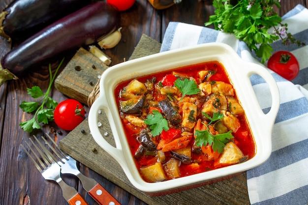 感謝祭の日の食べ物のコンセプト野菜と自家製の七面鳥の煮込み