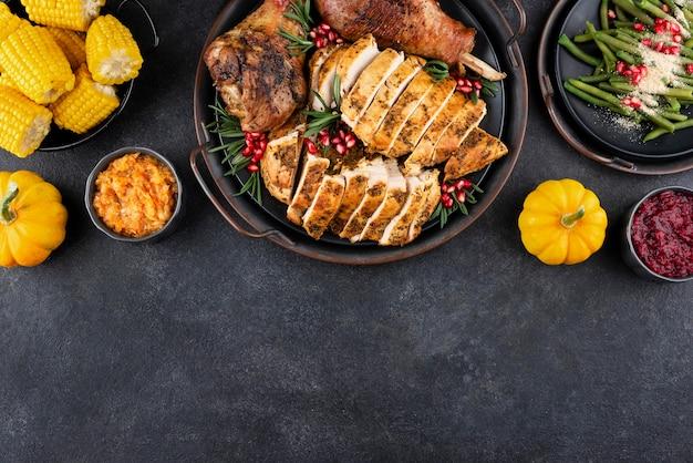 コピースペース付きの感謝祭の食事の手配